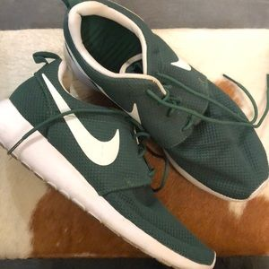 Nike Forest Green tennis shoes